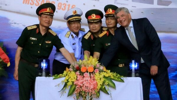 Các đại biểu cơ quan chức năng ấn nút khởi động tại lễ đặt ky - Sputnik Việt Nam