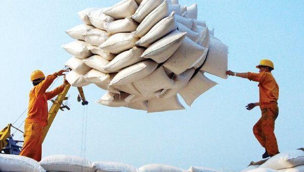 Nguyên nhân các doanh nghiệp Việt Nam bỏ giá cao hơn các doanh nghiệp Thái Lan là vì, tại thời điểm ngày 22/5, giá gạo Việt Nam loại 5% tấm là 460 USD/tấn, loại 25% tấm là 445 USD/tấn. - Sputnik Việt Nam