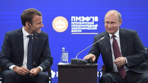 Emmanuel Macron và Vladimir Putin  - Sputnik Việt Nam