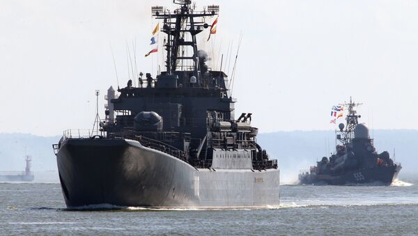 Tàu đổ bộ cỡ lớn Alexandr Shabalin (trái) và tàu tên lửa cỡ nhỏ Geyzer - Sputnik Việt Nam
