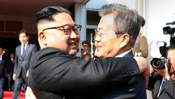 Лидеры Северной и Южной Корей Ким Чен Ын и Мун Чжэ Ин - Sputnik Việt Nam