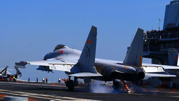 Bức ảnh chụp ngày 24 tháng 4 năm 2018 cho thấy máy bay chiến đấu phản lực J15 trên tàu sân bay Liêu Ninh của Trung Quốc, trong một cuộc trập trận trên biển - Sputnik Việt Nam