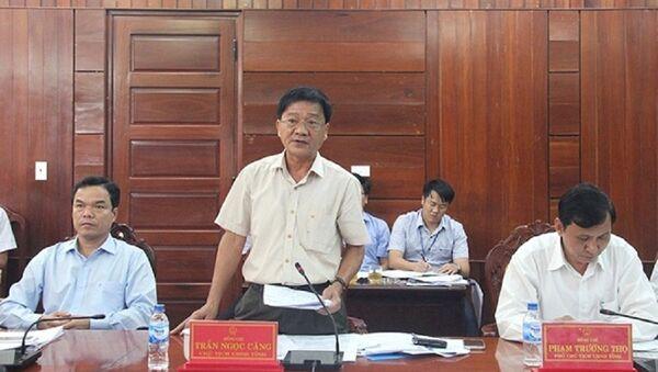 Chủ tịch UBND tỉnh Quảng Ngãi Trần Ngọc Căng (đứng) liên tục bị người dân kiện lên tòa cấp cao - Sputnik Việt Nam