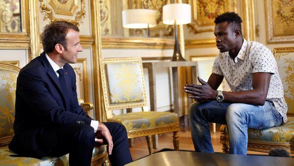 Tổng thống Pháp Emmanuel Macron gặp Mamudu Gassam - Sputnik Việt Nam