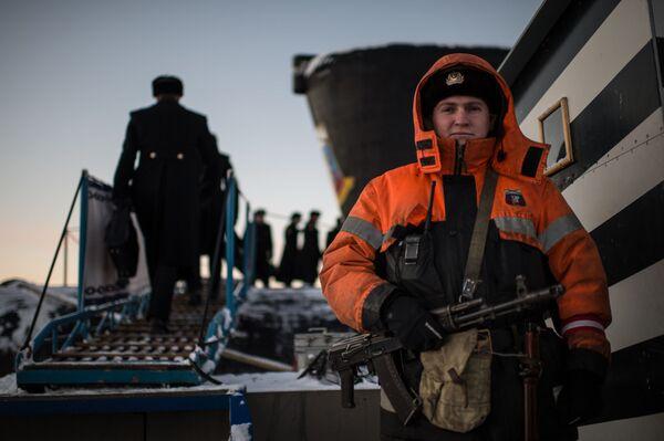 Chiến sĩ thủy thủ đoàn của tàu ngầm hạt nhân Yury Dolgoruky thuộc Hạm đội Bắc - Sputnik Việt Nam