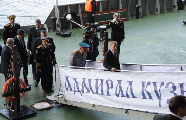 Tổng thống Nga Vladimir Putin trên tuần dương hạm hạng nặng chở máy bay Đô đốc Hạm đội Liên Xô Kuznetsov của Hạm đội Bắc - Sputnik Việt Nam