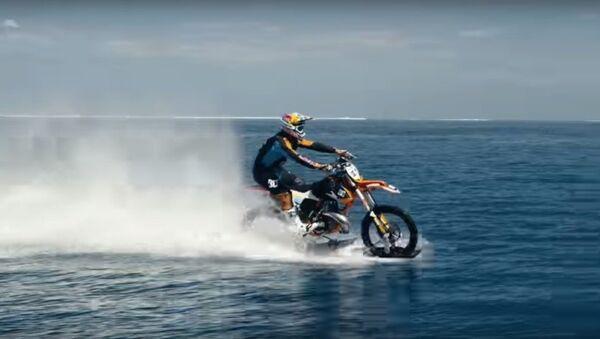 Biker người Úc lướt ngọn sóng lớn - Sputnik Việt Nam