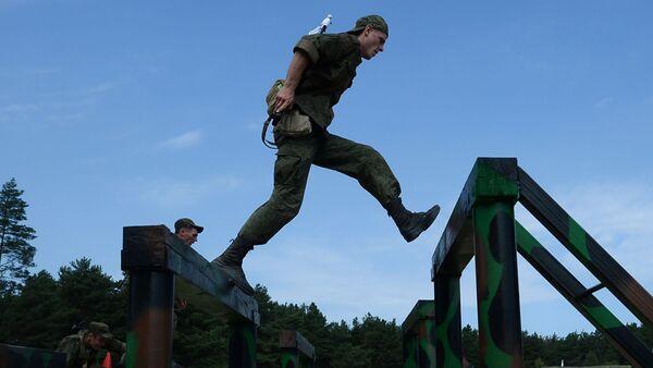 """Các thành viên cuộc thi """"Trung đội dù"""" trên thao trường Dubrovich vùng Ryazan đang vượt qua các dải chướng ngại - Sputnik Việt Nam"""