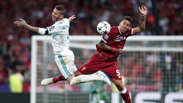 Cầu thủ Real Madrid Sergio Ramos và cầu thủ đội tuyển Liverpool Roberto Firmino trong trận chung kết bóng đá giải Champions League mùa giải 2017/18 - Sputnik Việt Nam