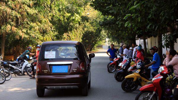 Chiếc xe lăn bánh ra con đường vắng, nhiều người dân tới xem trầm trồ trông như thật - Sputnik Việt Nam