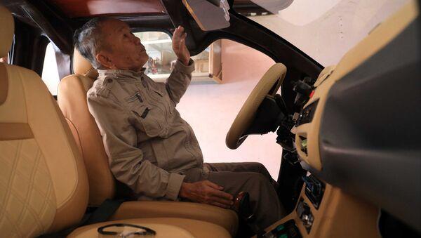 Ông Đỗ Văn Giùm, một người dân huyện Bình Chánh, tìm tới tận nhà để xem chiếc xe điện ông Tâm vừa chế tạo - Sputnik Việt Nam