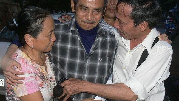 Ông Nén trong vòng tay người thân ngày ông được tư do sau 17 năm ngồi tù. - Sputnik Việt Nam