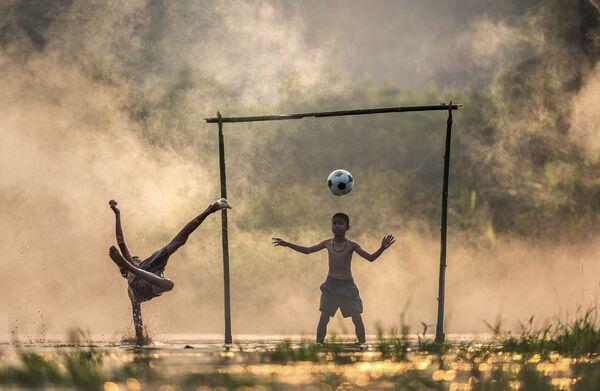 Các bé trai châu Á đang chơi bóng ở một vùng làng quê - Sputnik Việt Nam