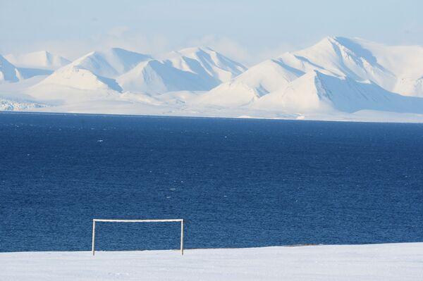 Khung thành bóng đá ở làng mỏ tại thành phố Barentsburg trên quần đảo Spitsbergen - Sputnik Việt Nam