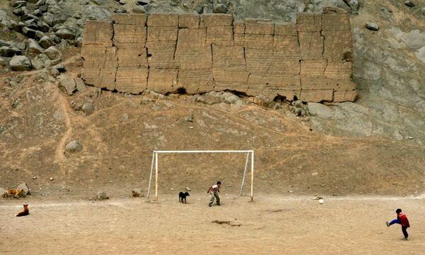 Các em trai chơi bóng đá trong khu vực khai quật khảo cổ ở Puruchuko (Lima) - Sputnik Việt Nam