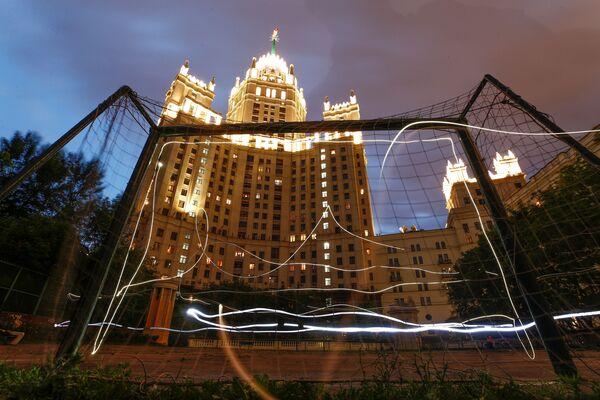 Khung thành bóng đá đối diện với tòa nhà cao tầng xây thời Stalin ở Matxcơva - Sputnik Việt Nam