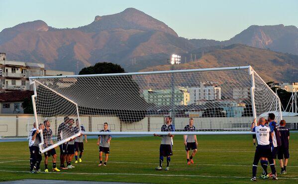 Các cầu thủ bóng đá Ý khênh khung thành bóng đá trong buổi tập đầu tiên ở  Rio de Janeiro trước trận đấu giao hữu với Haiti - Sputnik Việt Nam