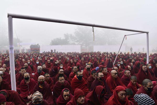 Các tu sĩ Phật giáo dưới khung thành bóng đá trong khi Đạt Lai Lạt Ma đang phát biểu  ở Ấn Độ - Sputnik Việt Nam