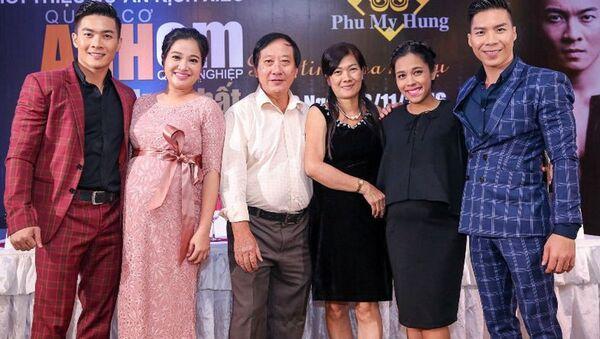 Cha mẹ bên vợ chồng Quốc Cơ, Quốc Nghiệp - Sputnik Việt Nam