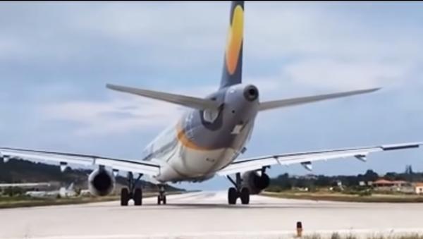 Máy bay cất cánh quật ngã du khách Anh (Video) - Sputnik Việt Nam