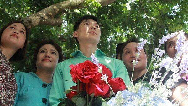 BS Lương được đông đảo người dân vây kín, tặng hoa sau khi tòa tuyên án. - Sputnik Việt Nam