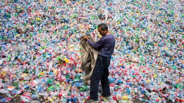 Công nhân Trung Quốc phân loại chai nhựa để tái chế ở ngoại ô Bắc Kinh - Sputnik Việt Nam