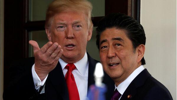 U.S. President Donald Trump welcomes Japanese Prime Minister Shinzo Abe at the White House in Washington, U.S., June 7, 2018 - Sputnik Việt Nam
