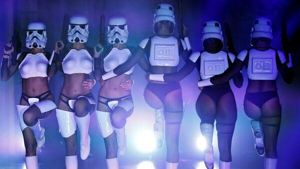 Vũ công trong show hài The Empire Strips Back: A Star Wars Burlesque Parody ở Los Angeles - Sputnik Việt Nam