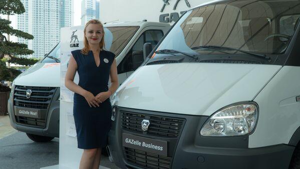 Cô gái trong gian triển lãm của nhà máy sản xuất ô tô GAZ của Nga. - Sputnik Việt Nam
