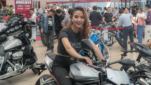 Cô gái giới thiệu mẫu trong triển lãm Vietnam AutoExpo 2018 - Sputnik Việt Nam