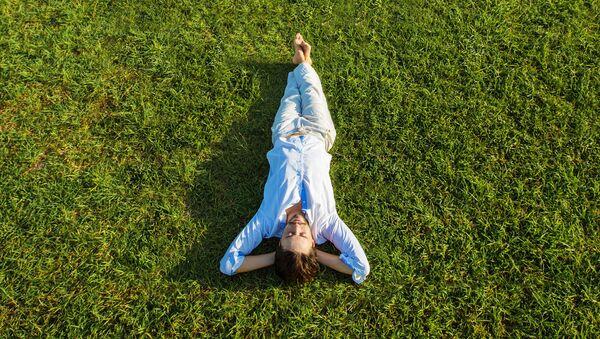 Мужчина лежит на траве - Sputnik Việt Nam