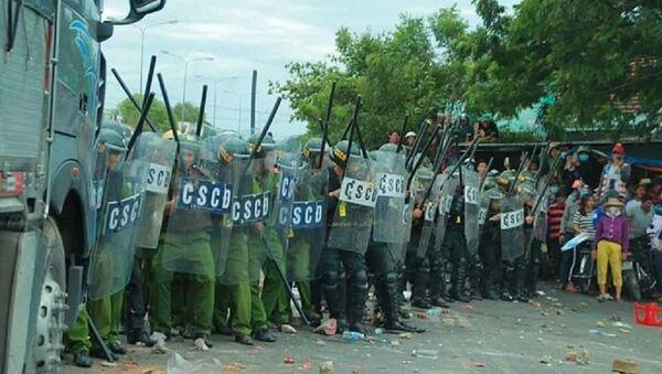 Lực lượng an ninh bị người dân quá khích ném đá tại Phan Rí - Sputnik Việt Nam