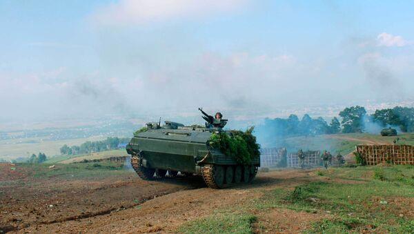 Xe thiết giáp tham gia diễn tập dẫn bộ binh vượt cửa mở đánh chiếm các mục tiêu. - Sputnik Việt Nam