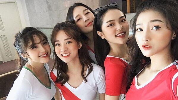 Trong ảnh là Linh Thỏ, Diệu Linh, Trâm Anh, Mai Anh và Đỗ Linh (từ phải qua). - Sputnik Việt Nam