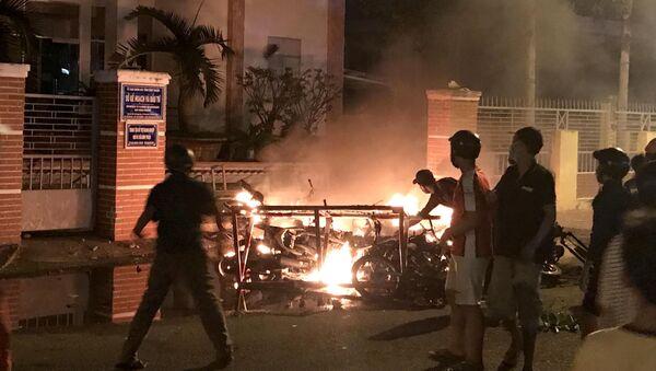 Người biểu tình đốt xe máy tại Trụ sở UBND Bình Thuận, phản đối thông qua luật Đặc khu tại Việt Nam - Sputnik Việt Nam