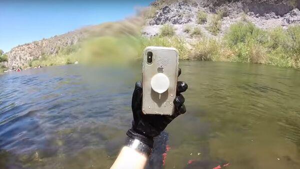 Chiếc điện thoại iPhone X nằm hai tuần dưới đáy sông vẫn làm việc - Sputnik Việt Nam
