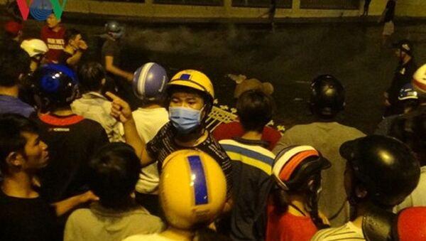 Các đối tượng tham gia gây rối trước trụ sở UBND tỉnh Bình Thuận tối 10/6 - Sputnik Việt Nam