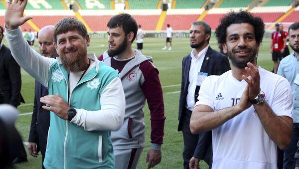Lãnh đạo nước cộng hòa Chechnya Ramzan Kadyrov và cầu thủ bóng đá người Ai Cập Mohamed Salah tại sân vận động của thành phố Groznyi, Chechnya - Sputnik Việt Nam