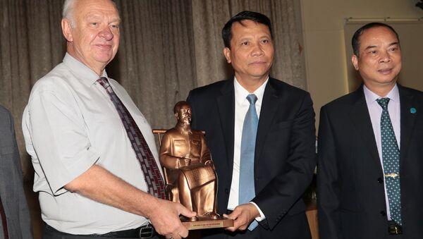 Vào ngày 14 tháng Sáu năm nay, Ban quản lý Lăng Chủ tịch Hồ Chí Minh đã trao món quà tặng cho Đại sứ quán LB Nga tại Việt Nam, đó là những cây ban trắng nở hoa tuyệt đẹp, như một biểu tượng trân quý sự giúp đỡ của nước Nga đối với Lăng Chủ tịch Hồ Chí Minh trong nhiều năm qua. - Sputnik Việt Nam