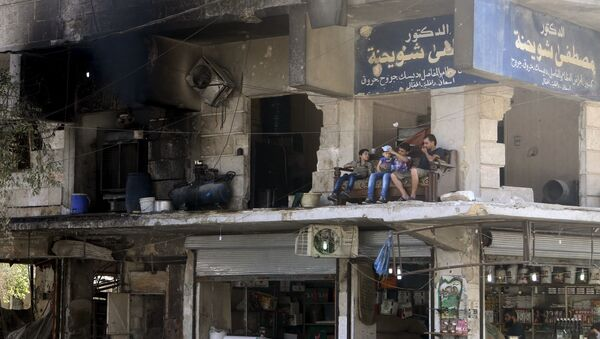 Người dân địa phương trên ban công một ngôi nhà bị phá hủy ở Aleppo (Syria). - Sputnik Việt Nam
