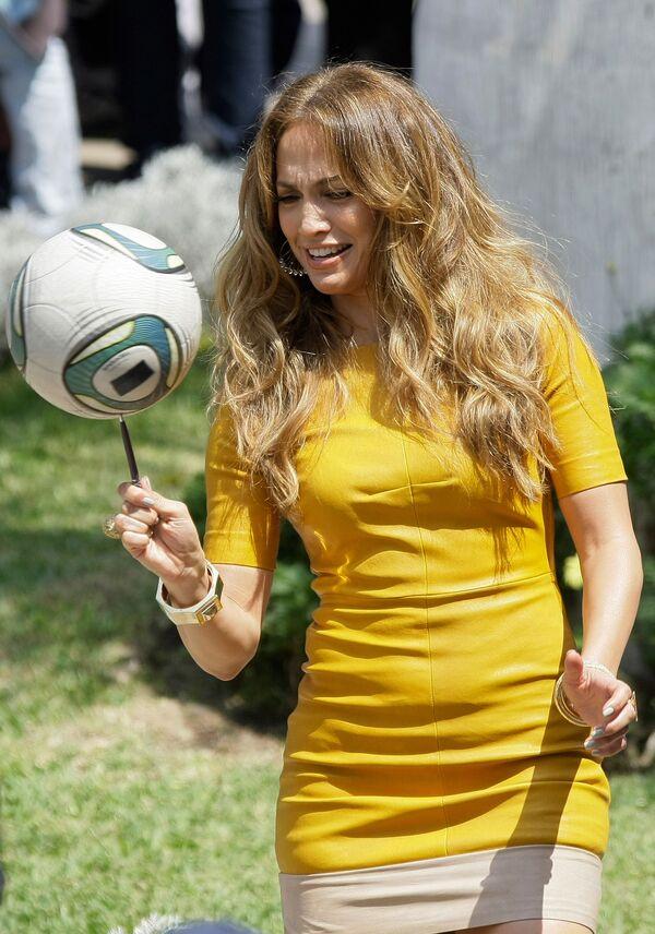 Nữ diễn viên kiêm ca sĩ Jennifer Lopez với quả bóng đá ở Peru, năm 2011 - Sputnik Việt Nam