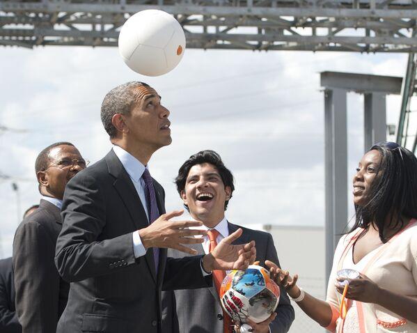 Tổng thống Hoa Kỳ Barack Obama trong trận đấu bóng đá ở Tanzania, năm 2013 - Sputnik Việt Nam