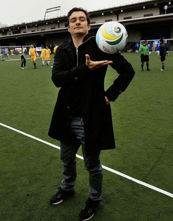 Diễn viên người Anh Orlando Bloom với quả bóng đá, năm 2011 - Sputnik Việt Nam