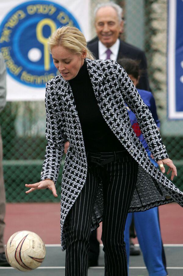 Nữ diễn viên Mỹ Sharon Stone trong trận đấu bóng đá ở Israel, năm 2006 - Sputnik Việt Nam