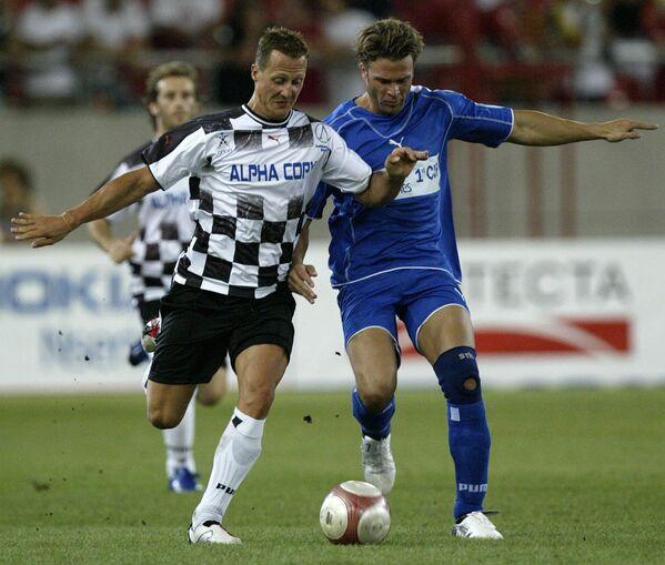 Tay đua người Đức Formula - 1 Michael Schumacher và diễn viên Sommer trong trận đấu bóng đá từ thiện ở Hy Lạp, năm 2006 - Sputnik Việt Nam