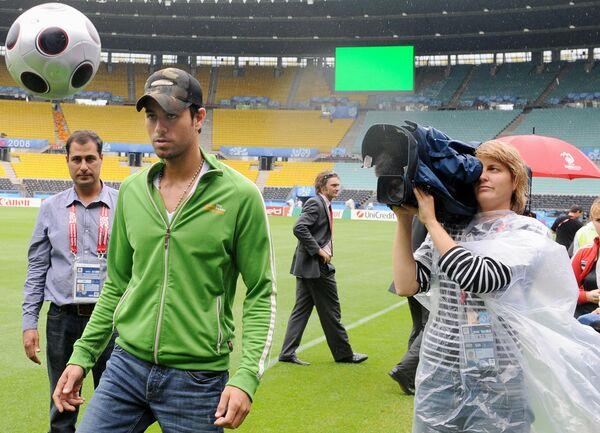 Ca sĩ Tây Ban Nha Enrique Iglesias chơi bóng trên sân vận động Ernst Happel ở Vienna - Sputnik Việt Nam