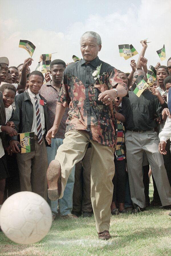 Chủ tịch nghị viện Châu Phi Nelson Mandela chơi bóng tại Trường Nông nghiệp Boskop ở Nam Phi, năm 1994 - Sputnik Việt Nam