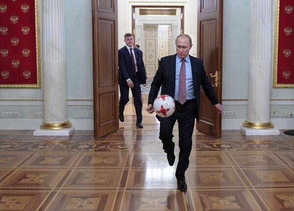 Tổng thống Nga Vladimir Putin với quả bóng sau cuộc gặp ở điện Kremlin với Chủ tịch FIFA Gianni Infantino. - Sputnik Việt Nam