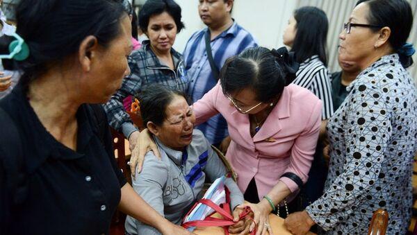 Những người dân mang theo hồ sơ pháp lý tới buổi tiếp xúc cử tri hôm 9/5 - Sputnik Việt Nam