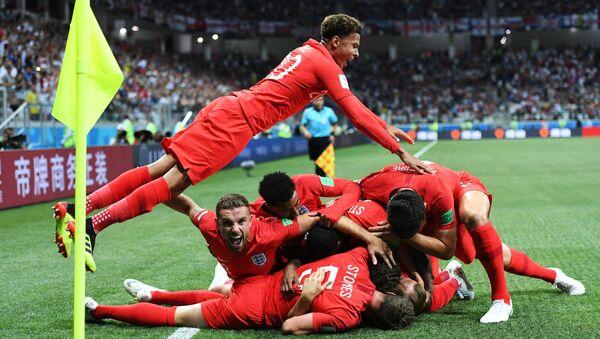 Cầu thủ đội tuyển quốc gia Anh vui mừng sau khi ghi bàn trong trận đấu vòng bảng World Cup 2018 giữa các đội tuyển quốc gia Tunisia và Anh - Sputnik Việt Nam